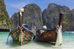 Dwa Tajlandzkiej longtail łodzi na morze powierzchni Wyspy Ko Phi Phi Le Obrazy Stock