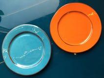 Dwa talerzy pusty ceramiczny stojak na stole fotografia royalty free