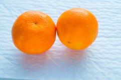 Dwa tangerines kłamają na białym tle, źródło witaminy fotografia royalty free
