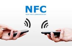 Dwa telefonu komórkowego z NFC zapłaty technologią. Blisko śródpolnego commun Obrazy Stock