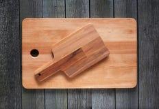 Dwa Tnąca deska na starym drewnianym tle Zdjęcie Royalty Free