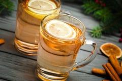 Dwa Toddy koktajlu napoju z cynamonem na wieśniaku Fotografia Stock