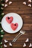 Dwa torta w postaci serc na drewnianym stole Obrazy Royalty Free