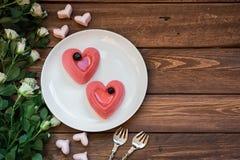 Dwa torta w postaci serc na drewnianym stole Zdjęcie Stock