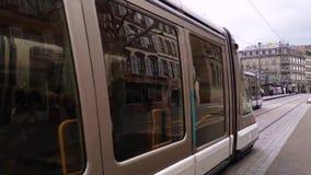 Dwa tramwaj?w transportu spotkanie each inny i?? w r??nych kierunkach na ulicznym Strasburskim mie?cie, Francja Kapita?owy i wiel zbiory wideo