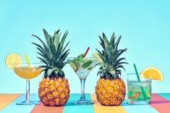 Dwa Tropikalny ananas z koktajlem na plaży zdjęcia royalty free