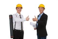 Dwa trwanie pracownika pokazuje aprobaty. Fotografia Stock