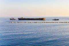 Dwa Tugboats Ciągnie barki Obrazy Royalty Free
