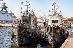 Dwa tugboats cumującego przy Lieutenant Schmidt bulwarem Fotografia Royalty Free