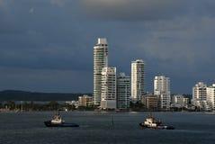 Dwa tugboats krzyżuje schronienie z Cartagena w tle Obrazy Stock
