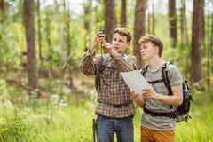 Dwa turysta ustala trasa nawigatora i mapę zdjęcie royalty free
