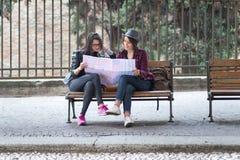 Dwa turysty czytają mapę miasto Obraz Royalty Free