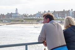 Dwa turysty patrzeje nad pięknym widokiem Southwold od mola zdjęcia royalty free