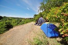 Dwa turystycznego namiotu w tle piękna sceneria i greenery Zdjęcie Stock