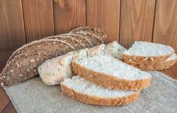 Dwa typ chleb na drewnianym tle obraz stock