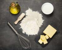 Dwa typ olej, kwaśna śmietanka i mąka dla ugniatać ciasto, na pracy powierzchni obrazy stock