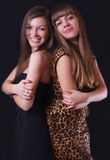 Dwa uśmiechnięta kobieta na czarnym tle Obraz Royalty Free