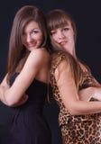 Dwa uśmiechnięta kobieta na czarnym tle Zdjęcia Royalty Free