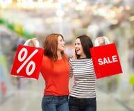 Dwa uśmiechnięta nastoletnia dziewczyna z torba na zakupy Obrazy Royalty Free