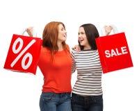 Dwa uśmiechnięta nastoletnia dziewczyna z torba na zakupy Zdjęcia Royalty Free