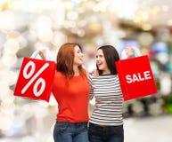 Dwa uśmiechnięta nastoletnia dziewczyna z torba na zakupy Zdjęcie Royalty Free