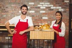 Dwa uśmiechniętego kelnera patrzeje kamerę Obrazy Stock