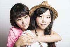 Dwa uśmiechniętej azjatykciej dziewczyny fotografia stock