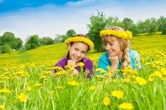 Dwa uśmiechniętej dziewczyny jest ubranym kwiatu wianek Obrazy Royalty Free