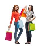 Dwa uśmiechniętej nastoletniej dziewczyny z torba na zakupy Fotografia Stock