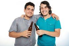 Dwa uśmiechnięty przyjaciel z piwem obrazy stock