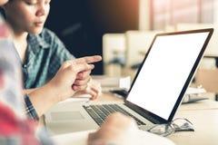 Dwa uczeń pracuje na laptopie z wskazywać pustego ekranu moni fotografia royalty free