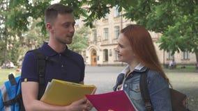 Dwa uczeń rozmowy na kampusie zbiory wideo