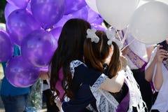 Dwa uczennicy w rocznika mundurku szkolnym z balonami na skalowaniu zdjęcie stock