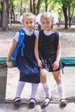 Dwa uczennicy z plecakiem w parku zdjęcia stock