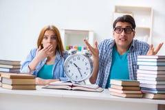 Dwa uczni runnng z czasu przygotowywać dla egzaminów Zdjęcie Stock