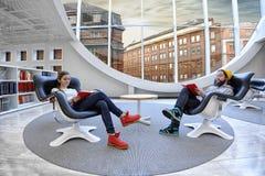 Dwa ucznia przy biblioteką Obrazy Stock