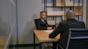 Dwa ufnego amerykanin afrykańskiego pochodzenia i caucasian ludzie biznesu w sala posiedzeń zbiory