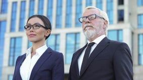 Dwa ufnego partnera biznesowego stoi outdoors biura centrum, doświadczenie zdjęcia stock