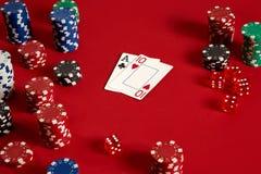 Dwa układu scalonego na czerwonym tle i karty Duży zakład gemowy pieniądze Karty - as i Dziesięć Twój dystrybucja przy stołem zdjęcia stock