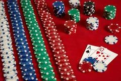 Dwa układu scalonego na czerwonym tle i karty Duży zakład gemowy pieniądze Karty - as i Dziesięć Twój dystrybucja przy stołem obrazy stock