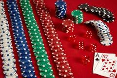 Dwa układu scalonego na czerwonym tle i karty Duży zakład gemowy pieniądze Karty - as i Dziesięć Twój dystrybucja przy stołem zdjęcie stock