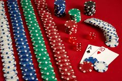 Dwa układu scalonego na czerwonym tle i karty Duży zakład gemowy pieniądze Karty - as i Dziesięć Twój dystrybucja przy stołem zdjęcie royalty free
