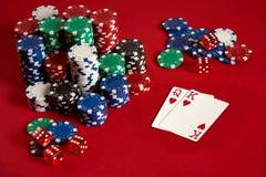 Dwa układu scalonego na czerwonym tle i karty Duży zakład gemowy pieniądze Karty - dama i królewiątko Twój dystrybucja przy stołe obraz stock