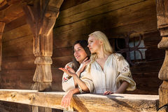 Dwa ukraińskiej dziewczyny w krajowych kostiumach przy salonem zdjęcia royalty free