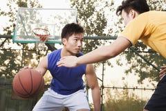 Dwa ulicznego gracza koszykówki na boisko do koszykówki Obrazy Stock