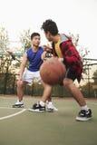 Dwa ulicznego gracza koszykówki na boisko do koszykówki Zdjęcie Stock