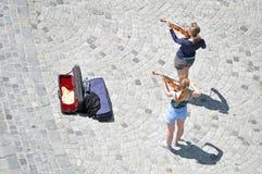 Dwa ulicznego muzyka bawić się skrzypce Obraz Royalty Free