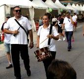 Dwa ulicznego uśmiechniętego muzyka chodzi z ich instrumentami zdjęcia royalty free