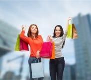 Dwa uśmiechniętej nastoletniej dziewczyny z torba na zakupy Obraz Royalty Free