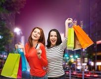 Dwa uśmiechniętej nastoletniej dziewczyny z torba na zakupy Obrazy Royalty Free